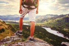 De voeten die van de jonge Mensenreiziger zich alleen met bergen op backgr bevinden Stock Foto's