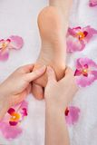 De voeten die van de vrouw voetmassage ontvangen Royalty-vrije Stock Afbeeldingen