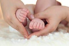 De voeten van een babyjongen Royalty-vrije Stock Afbeeldingen
