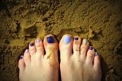 De voeten en het zand van Nice royalty-vrije stock foto's