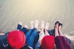 De voeten groepsvrienden genieten van in aard Royalty-vrije Stock Foto's