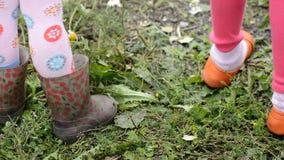 De voeten kinderen en volwassenen in schoenen stock videobeelden