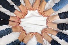 De voeten meisjes vormen een cirkel Royalty-vrije Stock Foto's