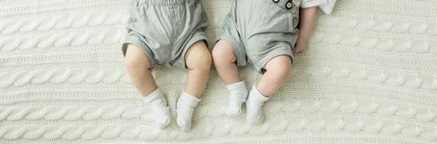 De Voeten van de baby Gelukkig familieconcept Mooi conceptueel beeld van Moederschap stock afbeelding