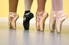 De voeten van balletdansers in pointeschoenen Stock Foto's