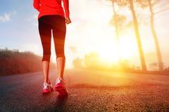 De voeten van de atleet op weg Stock Afbeeldingen