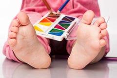 De voeten van de baby met verf en potloden Royalty-vrije Stock Foto's