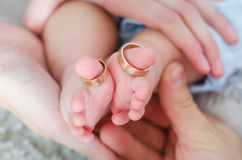De voeten van de baby in moederhanden royalty-vrije stock afbeelding