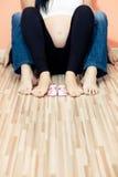 De voeten van de familie met babyschoenen Stock Fotografie