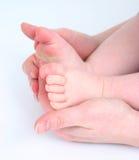 De voeten van de holdingsbabys van het mamma Stock Afbeeldingen