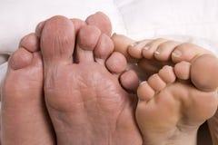 De voeten van de man en van de vrouw samen Stock Foto
