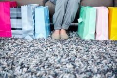 De voeten van de vrouw door giftzakken die worden omringd Royalty-vrije Stock Foto's
