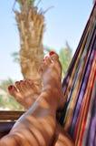 De voeten van de vrouw in hangmat   stock afbeeldingen