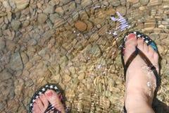 De voeten van de vrouw met wipschakelaars stock afbeeldingen