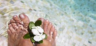 De voeten van de vrouw in water   Royalty-vrije Stock Foto