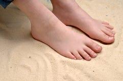 de voeten van een kind in het zand Royalty-vrije Stock Foto