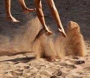 De voeten van het het volleyballzand van het strand Stock Afbeeldingen