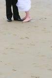 De voeten van het huwelijk op zand stock fotografie