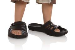 De voeten van het kind in grote pantoffels Royalty-vrije Stock Afbeelding