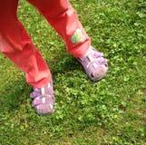 De voeten van kinderen in de tuin Stock Fotografie