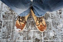 De voeten van mensen in bruine de winterlaarzen Stock Foto's
