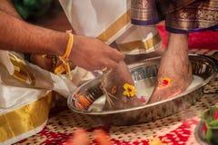 De voeten van wasouders bij een Tamil Hindoes huwelijk Stock Fotografie