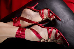 De voeten van Womans in sexy schoenen Stock Afbeelding