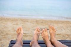 De voeten zijn op het strand Stock Afbeeldingen