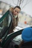 De voetganger debatteert met autobestuurder Stock Foto