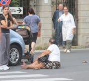 De voetganger van het ongeval met wandelwagens die door een auto worden geraakt Stock Foto's