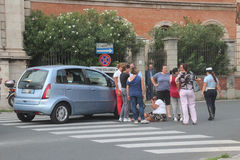 De voetganger van het ongeval met wandelwagens die door een auto worden geraakt Stock Afbeelding