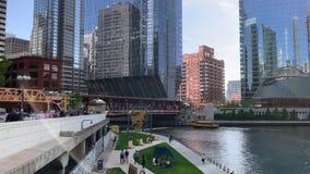 De voetgangers haasten zich op hogere Wacker-aandrijving en lager deel van de stad op riverwalk naast de Rivier van Chicago stock footage