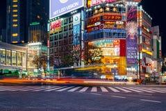 De voetgangers kruisen bij Shibuya-Kruising Het is één van de beroemdste wereld door elkaar gooit zebrapadden Royalty-vrije Stock Afbeeldingen