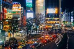 De voetgangers kruisen bij Shibuya-Kruising Het is één van de beroemdste wereld door elkaar gooit zebrapadden Stock Afbeelding
