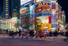 De voetgangers kruisen bij Shibuya-Kruising Het is één van de beroemdste wereld door elkaar gooit zebrapadden Royalty-vrije Stock Fotografie