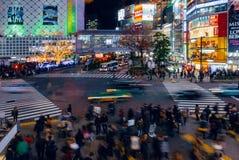 De voetgangers kruisen bij Shibuya-Kruising Het is één van de beroemdste wereld door elkaar gooit zebrapadden Royalty-vrije Stock Foto's