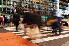 De voetgangers lopen bij Shinjuku-Kruising Stock Fotografie