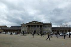 De voetgangers in St Georges Square lopen voorbij het historische stationgebouw royalty-vrije stock fotografie