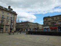 De voetgangers in St Georges Square lopen voorbij de historische oude steengebouwen rond het voetgebied stock foto's