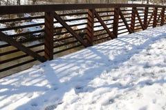 De voetgangersbrug na het sneeuwonweer royalty-vrije stock fotografie