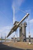 De voetgangersbrug over koninklijk Victoria dok blinkt langs uit Stock Fotografie