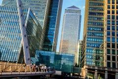 De Voetgangersbrug van de zuidenkade in Canary Wharf Stock Foto's