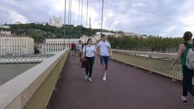 De voetgangersbrug van Lyon toeristen in de Franse stad stock video