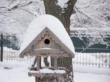 De vogelsvoeder met sneeuw wordt gepoederd die Stock Foto