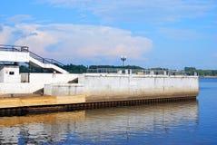 De Volga rivier eindligplaats in Yaroslavl, Rusland Royalty-vrije Stock Foto's