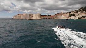 De volgende boot van de Dubrovnikstad op donkere dag stock videobeelden