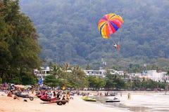 De volkeren genieten van parasailing bij Patong-strand in Phuket, Thailand Stock Foto