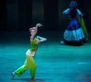 De volksdans van het dramaaxi sprong-Yi van de meisjes fluisteren-dans stock fotografie