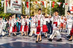 De Volksdansers van Roemenië in Nationale Soevereiniteit en van de Kinderen` s Dag Viering - Turkije Royalty-vrije Stock Afbeeldingen