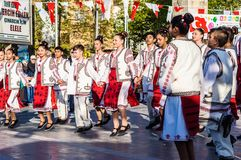 De Volksdansers van Roemenië in Nationale Soevereiniteit en van de Kinderen` s Dag Viering - Turkije Stock Afbeeldingen
